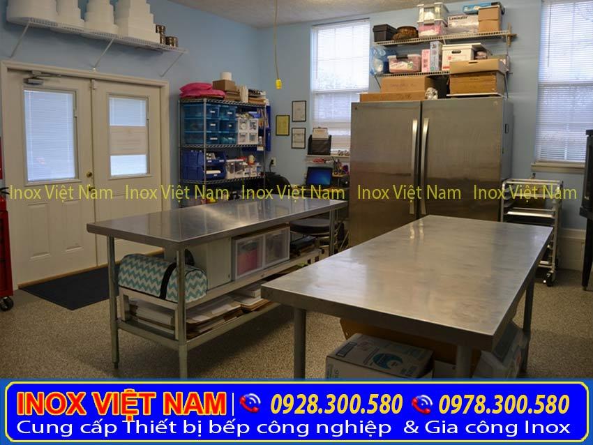 Một không gian bếp hoàn toàn được trang bị các sản phẩm inox