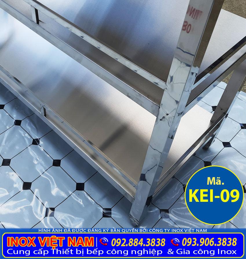 Chân đứng vững chắc của kệ bếp inox 4 tầng, kệ úp ly inox 4 tầng, an toàn và dễ dàng di chuyển.