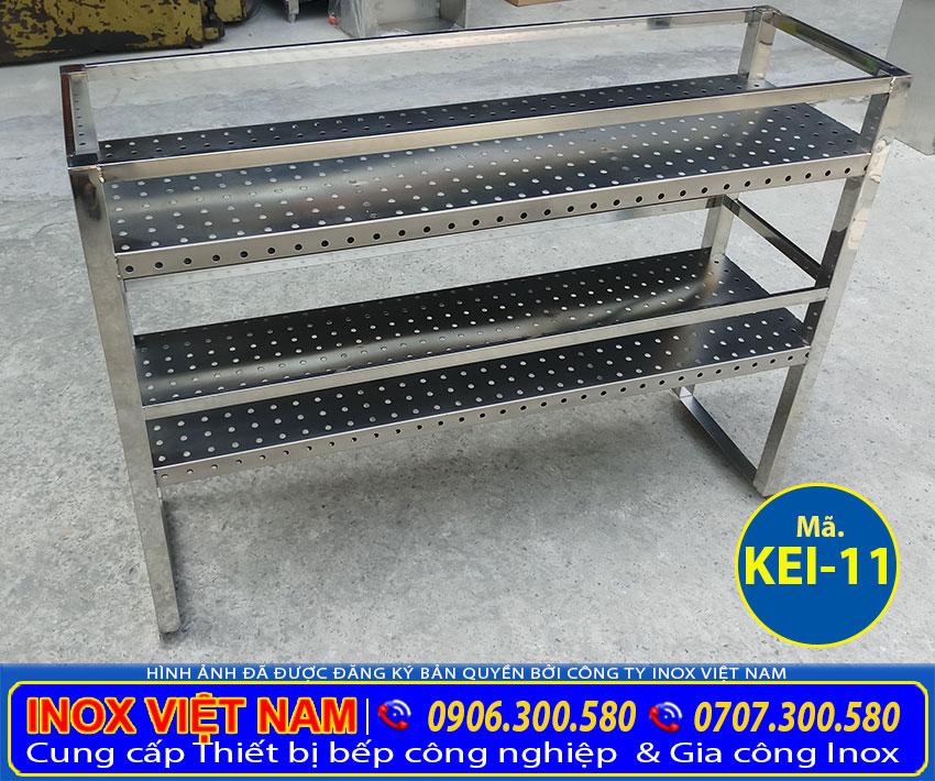 Kệ bếp inox sản xuất bằng chất liệu 304 cao cấp, có độ bền cao và chịu nhiệt tốt.