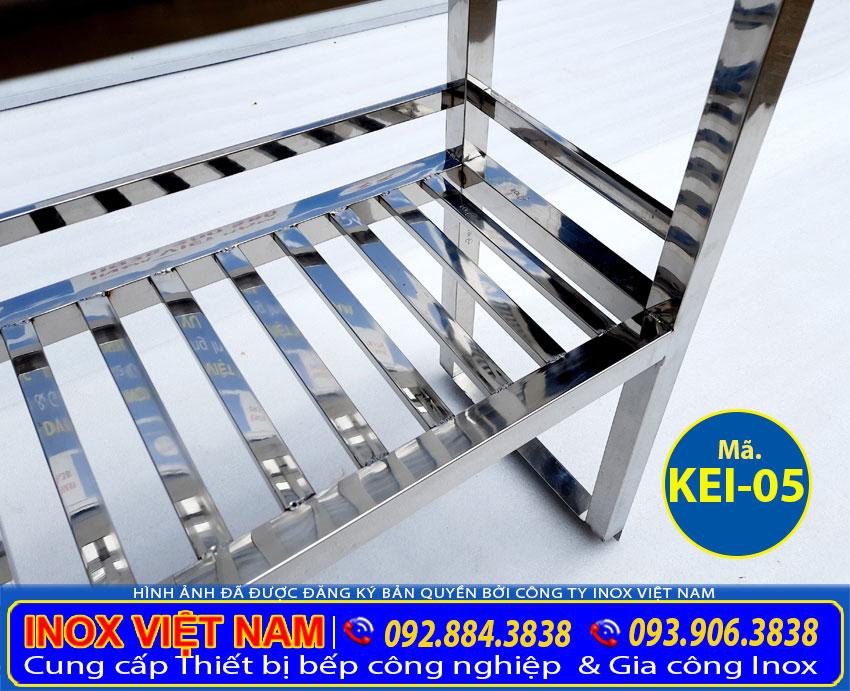 Kệ bếp inox 2 tầng, kệ úp chén ly 2 tầng đa năng và tiện dụng, giúp sắp xếp lượng chén bát lớn.