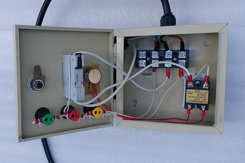 Bên trong hộp điện dễ dàng sử dụng.