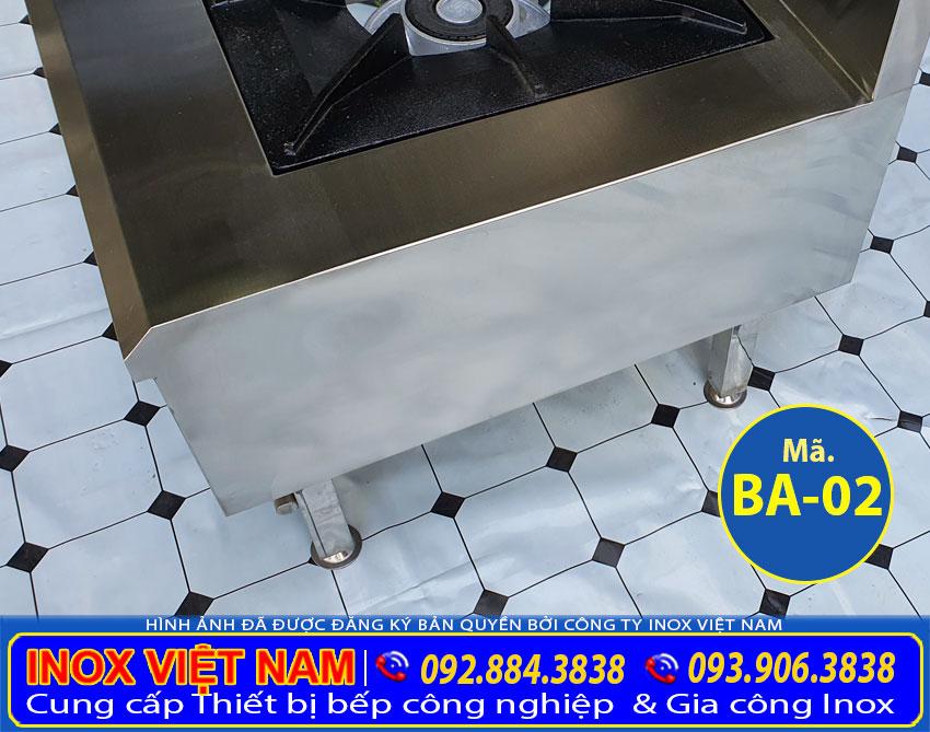 Chân bếp cũng được làm từ inox với đường kính 50 mm, cho phép người dùng điều chỉnh chiều cao thoải mái
