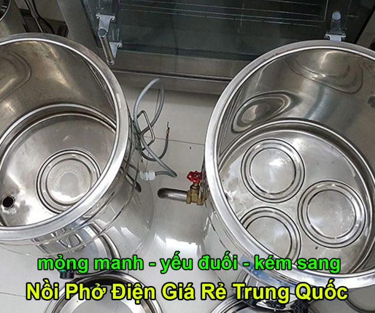 So sánh nồi nấu phở bằng điện Việt Nam và Trung Quốc Nồi nấu phở tạo thành vị ngon và hương vị cho nước phở tuy nhiên sự khác nhau về xuất xứ của sản phẩm cũng có ảnh hưởng đến chất lượng nước phở và chất lượng dụng cụ. Tại thị trường Việt Nam, nồi nấu phở điện hàng Việt và hàng Trung Quốc chiếm lĩnh thị trường và nhận được nhiều quan tâm của khách hàng Việt. Vậy nên lựa chọn loại nồi nấu phở nào mới thích hợp để sử dụng, nên chọn hàng Việt Nam hay sản phẩm Trung Quốc để mua? Với những so sánh sau đây chắc chắn bạn sẽ có được lựa chọn thích hợp nhất cho nhu cầu mua nồi nấu phở hàng Việt hay hàng Trung Quốc để sử dụng. Nồi nấu phở Việt Nam Những nồi nấu phở được người Việt Nam sản xuất dựa trên thói quen sử dụng nồi nấu của người Việt. Người Việt Nam có thể lựa chọn được những chiếc nồi nấu phở có sự đa dạng về dung tích sử dụng. Các mục đích dùng nồi nấu phở khác nhau của bạn như tại nhà, quán ăn nhỏ, quán ăn lớn, nhà hàng, … đều có thể lựa chọn ra được chiếc nồi thích hợp nhất. Chất liệu inox chính hãng được lựa chọn để tạo thành tổng thể chung của chiếc nồi mang đến hiệu năng sử dụng cao cũng như mức độ tiết kiệm năng lượng điện tốt nhất. Khách hàng dùng nồi Việt Nam nhận được tính năng sử dụng tốt nhờ thiết kế đảm bảo độ gia nhiệt cũng như giữ nhiệt tốt nhất khi dùng. Hơn nữa nồi được đánh giá là thân thiện với môi trường nhờ tính năng tiết kiệm điện được trang bị. Nồi có thiết kế nắp bán nguyệt dễ dàng sử dụng đồng thời có thời gian bảo hành cao hơn trong thị trường là những nguyên nhân để người Việt chọn mua hàng Việt sử dụng. Tuy nhiên giá thành của nồi nấu Việt lại khá cao hơn so với nồi nấu Trung Quốc nên lúc mua hàng hãy xem xét nhu cầu đầu tư của mình nhé! Nồi nấu phở Trung Quốc Nồi nấu phở hàng Trung Quốc có ưu điểm trẻ trung, hiện đại và cũng nhận được nhiều quan tâm của người dùng trong thị trường. Tuy nhiên thiết kế nắp kín của nồi lại chính là nhược điểm lớn trong khi sử dụng nồi, trong khi thực hiện vệ sinh nồi sau thời gian sử dụng sản phẩm. Chất li