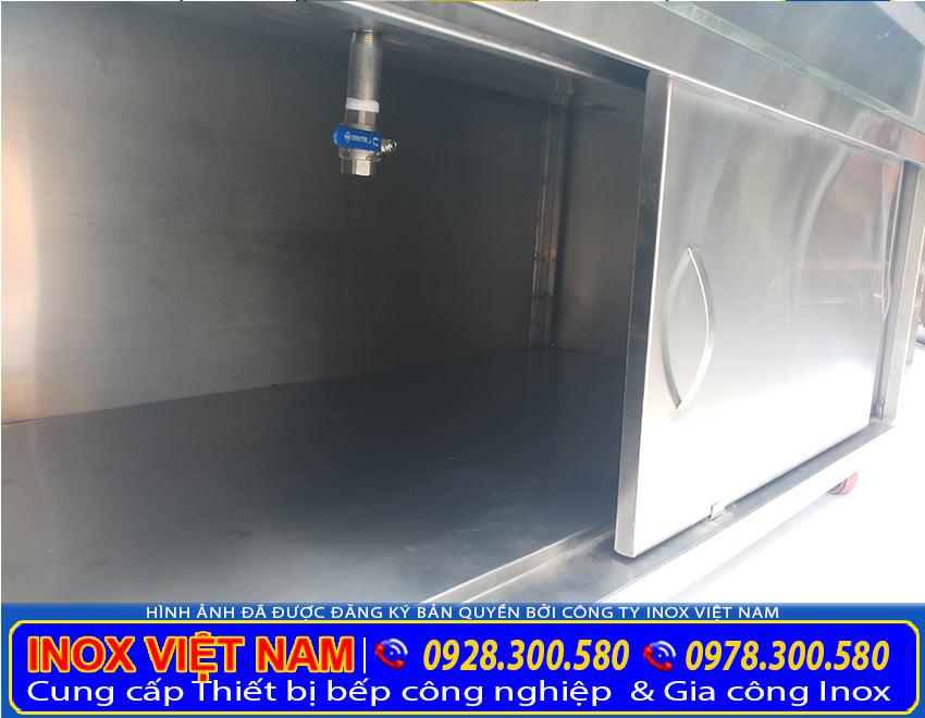 Hình ảnh: bên trong phần tủ dưới của tủ hâm nóng thức ăn