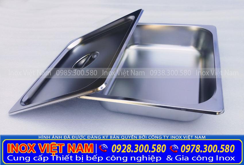 Khay inox của tủ giữ nóng thức ăn 12 khay có mái kính TH-03 cao cấp của Inox Việt Nam (Ảnh thật tế).