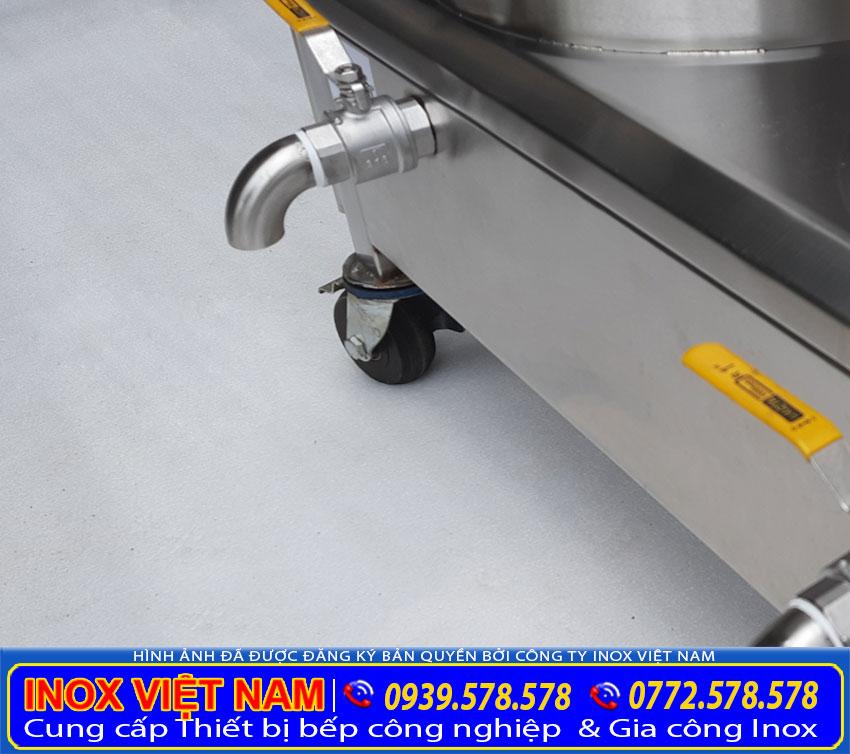Van xả nước tích hợp bên dưới đáy nồi giúp vệ sinh và thoát nước được dễ dàng.