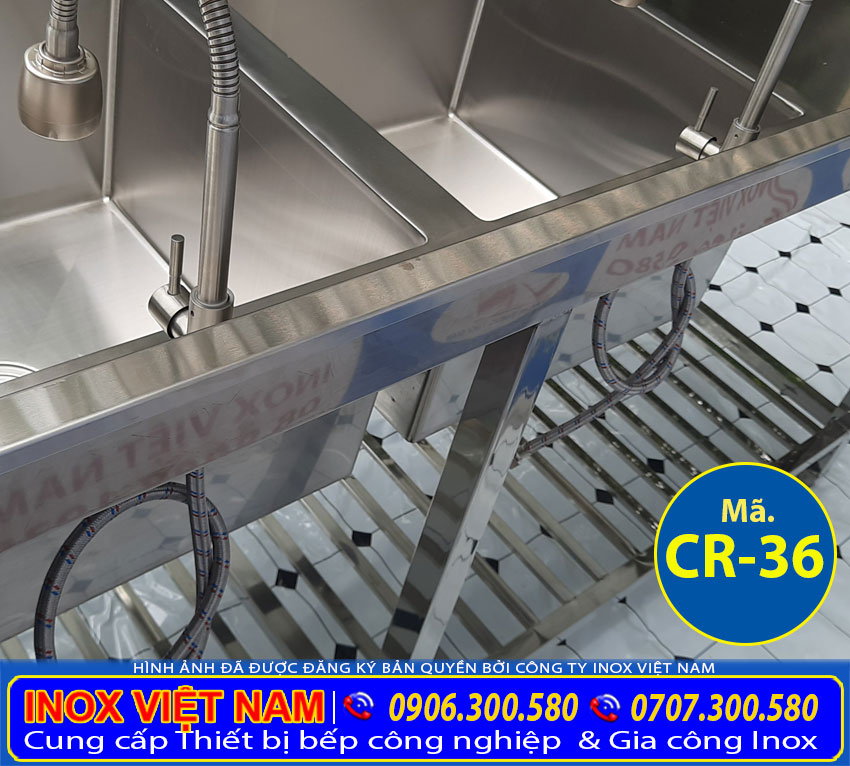 Ống cấp nước cho vòi trong chậu rửa chén công nghiệp | bồn rửa chén công nghiệp inox | chậu rửa bát công nghiệp 2 ngăn có tủ, bàn rửa và kệ bếp.