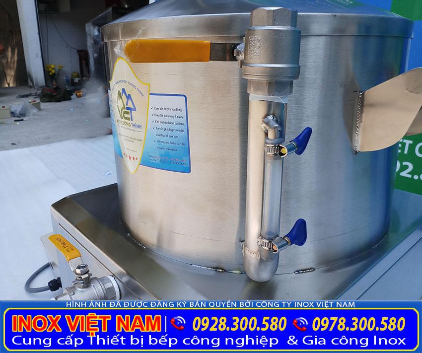 Ống đo mực nước và ống tiếp nước bên ngoài nồi hấp bánh bèo.