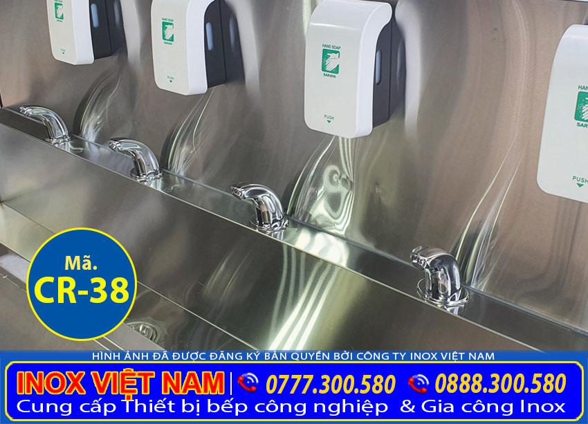 Vòi xả nước và thiết bị chứa dung dịch rửa tay tích hợp trong máng rửa tay công nghiệp